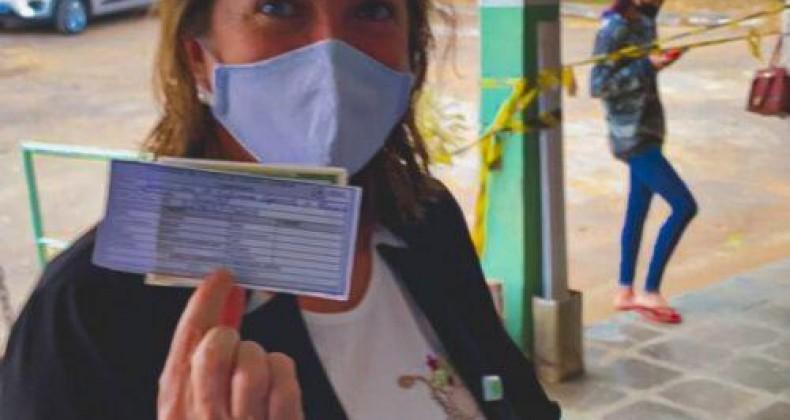 Fátima Gavioli destaca importância da vacina e do Sistema Único de Saúde (SUS), ao receber