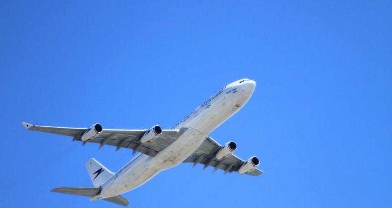 Imunizados contra covid podem sim viajar de avião, ao contrário do que diz site antivacina
