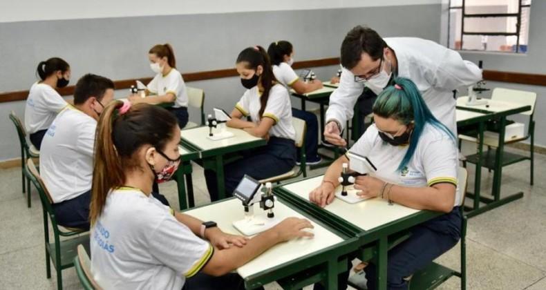 """""""Já reformamos mais de mil escolas"""", destaca Caiado durante entrega de revitalização do Co"""