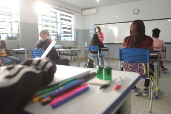 Medida beneficia educadores, agentes administrativos e pessoal contratado temporariamente pela Seduc.