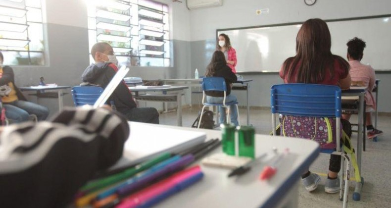 Caiado sanciona lei que reajusta salário dos servidores da educação e cria auxílio-aprimor
